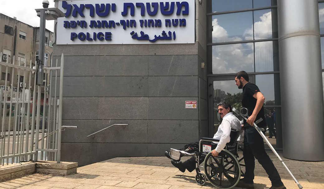 ג'עפר פרח בכניסה למשטרת חיפה - יוני 2018   צילום: חיים הר־זהב
