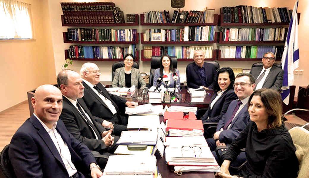 משחקי הכס: שותפים פוליטיים ומקורבי אפי נוה על מסלול VIP לשיפוט