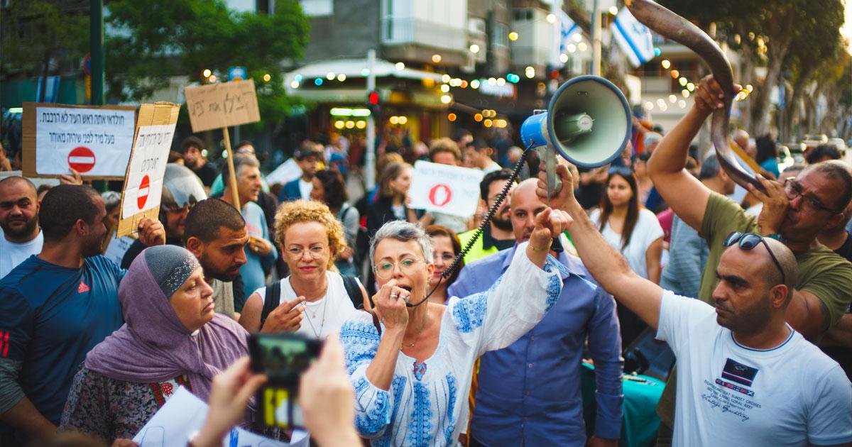 """""""לא שווים פחות מתושבי תל אביב"""", מפגינים ביפו לפני כחודש   צילום: לני בן בסט"""