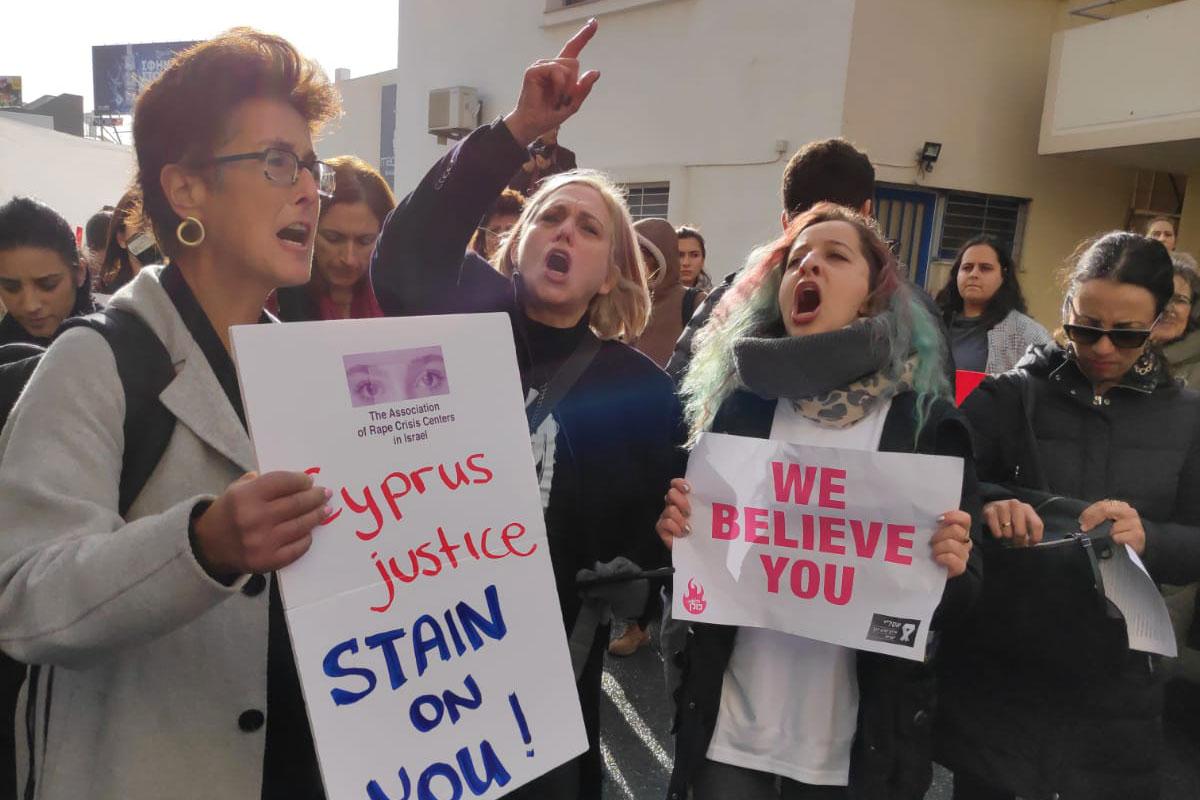 תומכות מחוץ לבית המשפט בקפריסין | צילום: