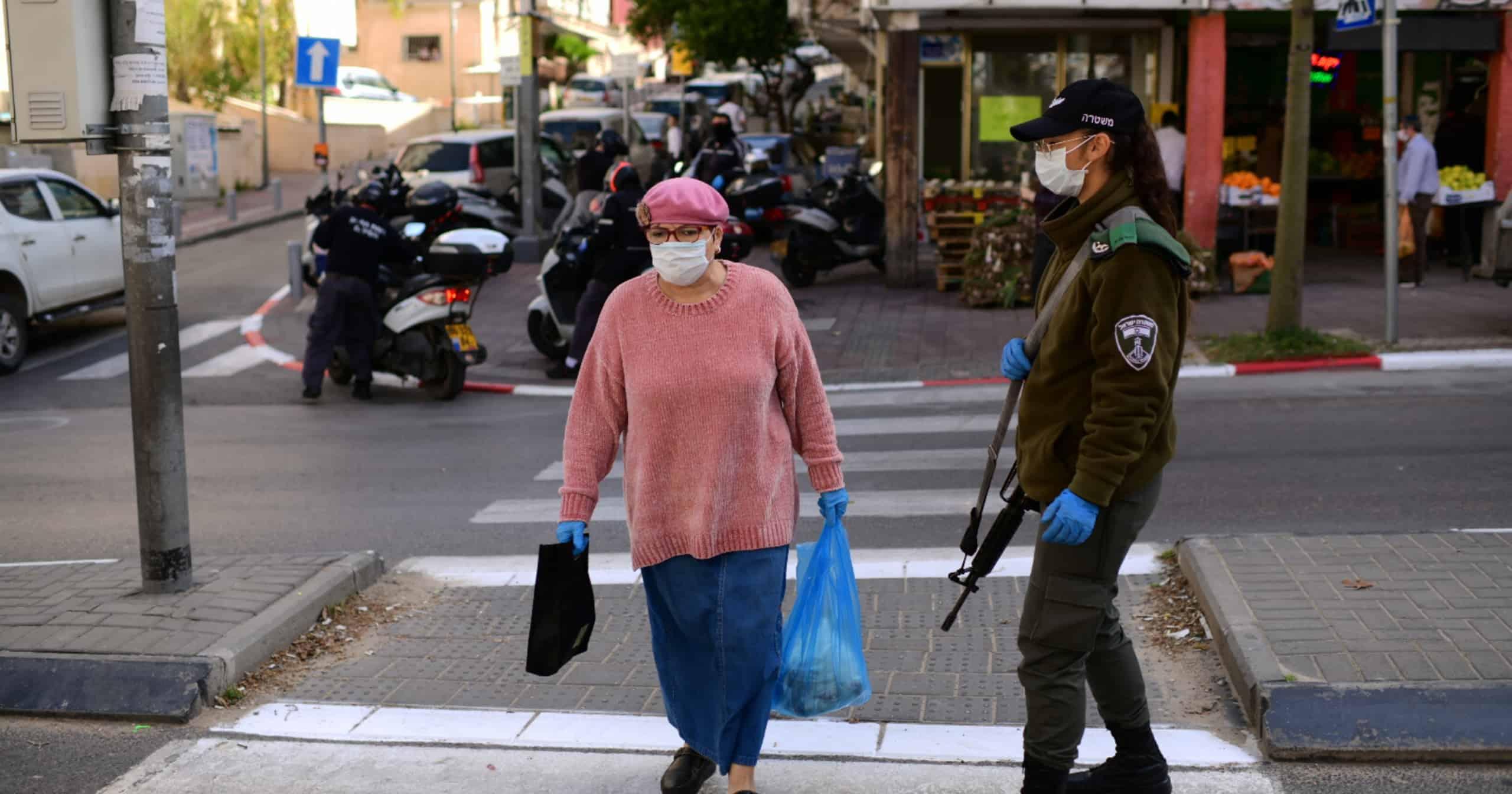 מחסום משטרתי בבני ברק בתחילת אפריל | צילום: תומר נויברג לפלאש 90