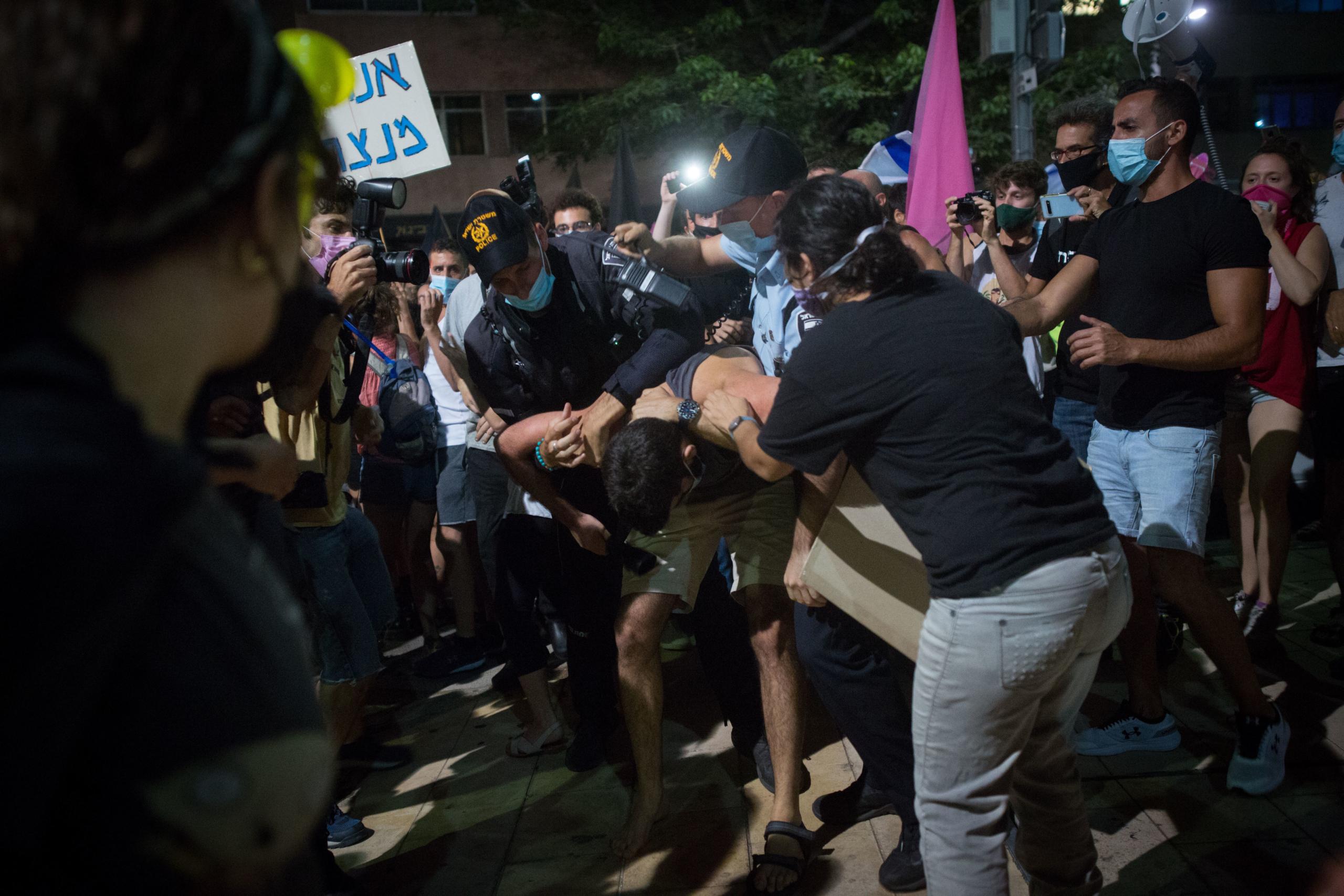 מעצר בכיכר הבימה בתל אביב, הפגנת מוצאי שבת ה3 לאוקטובר | צילום: מרים אלסטר לפלאש90