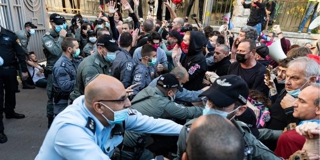 שוטרים הודפים מפגינים מבית ראש הממשלה ביום שבת האחרון, זיו ברטפלד נעצר | צילום: מולי גולדברג